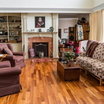 Salon z parkietem drewnianym